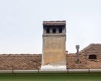 有做它大师的题名的一个烟囱,在一个房子的屋顶在老城Sighisoara在罗马尼亚 免版税库存照片