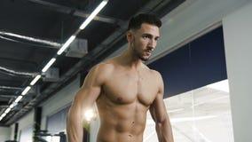 有做手的nake躯干的工作的坚硬适合的人锻炼使用哑铃 股票视频