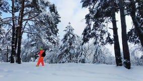 有做照片的照相机的人冬天多雪的森林 股票录像