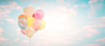 有做的葡萄酒多色气球与对蓝天的减速火箭的instagram过滤器作用 免版税库存照片