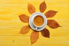 有做秋天构成的柑橘切片的茶杯 免版税库存照片