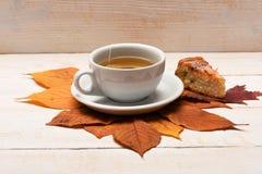 有做秋天构成的蛋糕的茶杯 库存图片