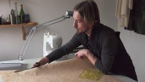 有做衣物样式的剪刀的人裁缝,当工作在车间时 影视素材