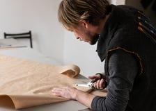有做衣物样式的剪刀的年轻人裁缝 库存图片
