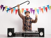 有做赞许的藤茎的极度高兴的老人DJ打手势 免版税库存照片