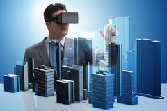 有做都市计划的虚拟现实风镜的人 免版税库存照片