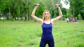有做锻炼室外在公园,慢动作的金发的年轻亭亭玉立的妇女 股票视频