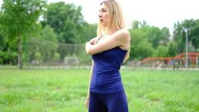 有做锻炼室外在公园,慢动作的金发的年轻亭亭玉立的妇女 股票录像