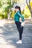 有做锻炼的完善的身体的一名年轻运动的妇女室外 免版税库存照片