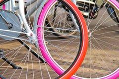 有停放的五颜六色的轮子的两辆自行车。s 库存图片