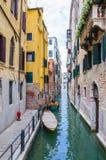 有停放的小船的五颜六色的水运河街道在威尼斯意大利 免版税图库摄影