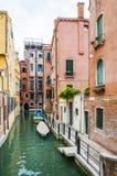 有停放的小船的五颜六色的水运河街道在威尼斯意大利 免版税库存照片