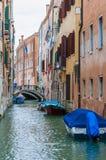 有停放的小船的五颜六色的水运河街道在威尼斯意大利 库存图片