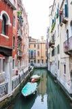 有停放的小船的狭窄的水运河街道在威尼斯意大利 图库摄影