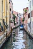 有停放的小船的狭窄的水运河街道在威尼斯意大利 免版税库存照片
