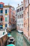 有停放的小船的狭窄的水运河街道在威尼斯意大利 免版税库存图片