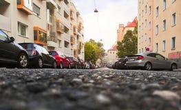 有停放的汽车的晴朗的街道 图库摄影