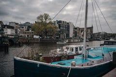 有停放的船的Amsterdams码头 库存照片