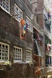 有停留的衣裳的狭窄的街道在开罗,埃及烘干 免版税库存图片