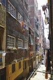 有停留的衣裳的狭窄的街道在开罗,埃及烘干 免版税图库摄影