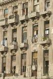 有停留的洗衣店的被毁坏的阳台在哈瓦那,古巴烘干 免版税库存图片