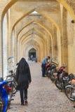 有停车处摩托车的被成拱形的走廊在Vakil义卖市场, Shira附近 免版税库存照片