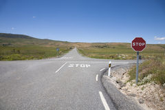 有停车标志的交叉路 免版税库存图片