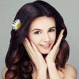 有健康发型的温泉妇女 有春黄菊的Flowe卷发 库存照片
