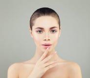 有健康皮肤和修指甲手的美丽的温泉模型妇女 S 免版税库存照片