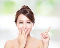 有健康皮肤谈话的愉快的妇女对您 库存照片