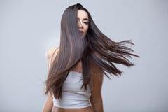 有健康长的头发的美丽的深色的女孩 免版税库存照片