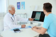 有健康问题的人拜访尿科医师的 库存照片