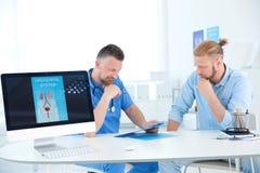 有健康问题的人拜访尿科医师的 免版税图库摄影