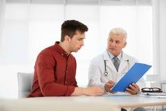 有健康问题的人拜访尿科医师的 免版税库存图片
