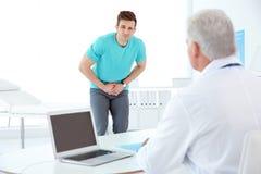 有健康问题的人拜访尿科医师的 库存图片