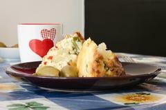 有健康素食乳蛋饼的板材用橄榄和心脏杯 免版税库存照片