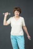 有健身哑铃的成熟妇女 库存图片