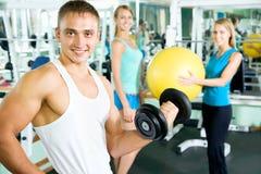 有健身房人的健身辅导员 图库摄影