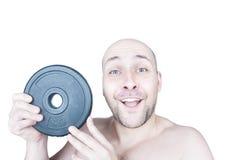 有健身房重量的滑稽的人 免版税库存照片