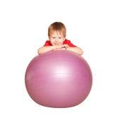有健身球的小男孩。 图库摄影