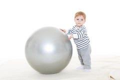 有健身球的小婴孩 免版税图库摄影