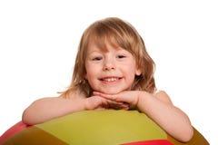 有健身球的微笑的俏丽的孩子。隔绝在白色 库存图片