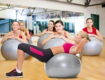 有健身球的微笑的妇女 库存照片