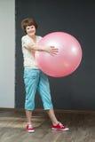 有健身球的成熟妇女 免版税图库摄影