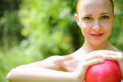 有健身球的美丽的妇女 库存图片