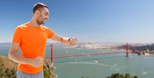 有健身跟踪仪的人在金门桥 免版税图库摄影