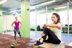 有健身跟踪仪和球的妇女在健身房 库存照片