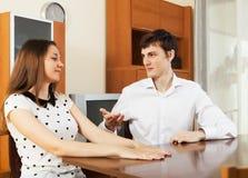 有偶然年轻的夫妇严肃谈话 免版税库存图片