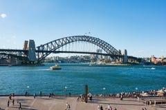 有偶象悉尼港桥的悉尼港口在晴天 库存照片