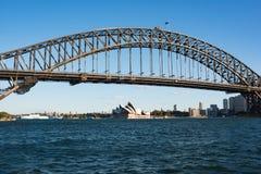 有偶象悉尼港桥的悉尼港口在晴天 库存图片